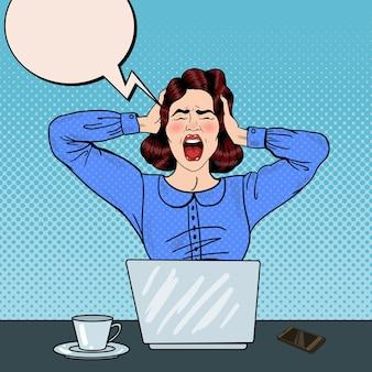 Arte pop mujer frustrada enojada gritando en el trabajo de oficina. ilustración