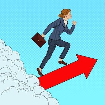 Arte pop mujer de negocios exitosa caminando hacia la cima a través de las nubes.