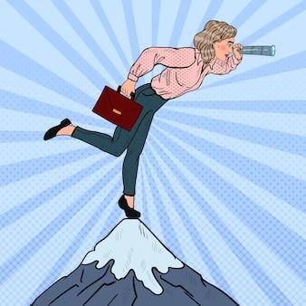 Arte pop mujer de negocios exitosa con telescopio en la cima de la montaña. visión empresarial.