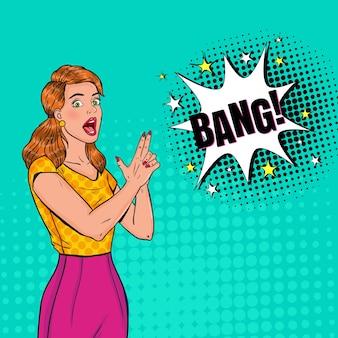 Arte pop pretty woman posando con pistola de dedo. cartel vintage chica alegre con bocadillo de diálogo cómico.