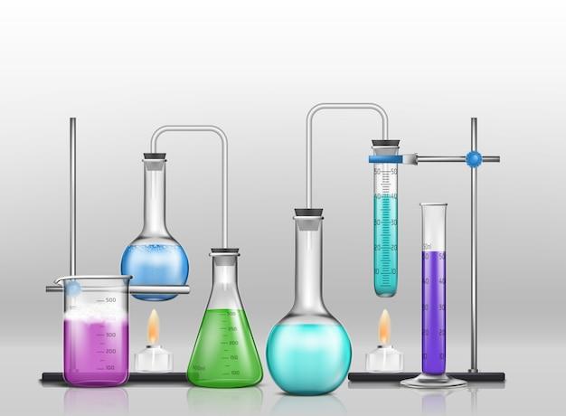 Artículos de vidrio graduados de laboratorio llenos de reactivos de diferentes colores, frascos de laboratorio conectados con tubos de ensayo
