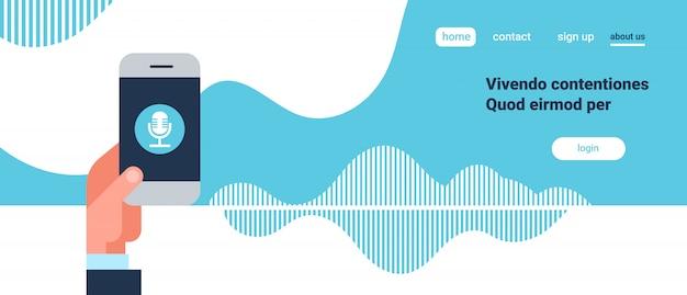 Asimiento de la mano aplicación de teléfono voz inteligente reconocimiento de asistente personal ondas de sonido, tecnología concepto inteligencia artificial