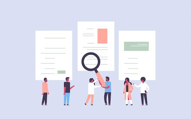Asimiento de la mano del hombre zoom de aumento cv cv reanudar el equipo de elección de personas candidatas para el puesto de trabajo vacante concepto de contratación plana horizontal