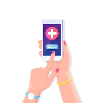 Asimiento de la mano humana teléfono móvil con cruz en pantalla. llame al médico, ambulancia. teléfono inteligente
