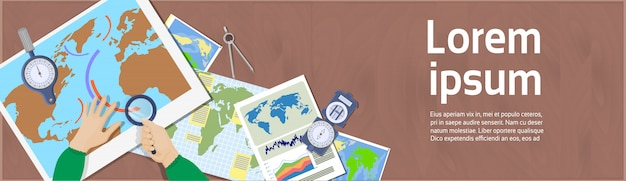 Asimiento de la mano lupa mapas de estudio vista de ángulo superior del concepto de geografía y cartografía del lugar de trabajo