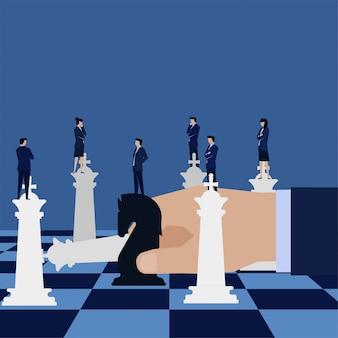 Asimiento de la mano de negocios caballo negro y desafío reyes metáfora de la estrategia.