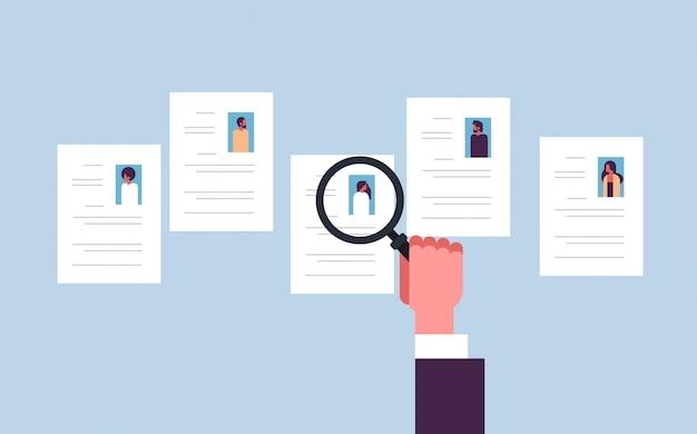 Asimiento de la mano con zoom de aumento cv reanudar la elección de las personas candidatas para el puesto de trabajo vacante concepto de reclutamiento banner plano