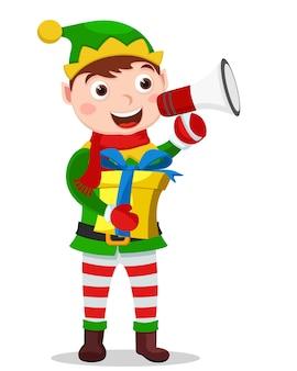 Asistente de santa, ayudante tiene un regalo en sus manos y habla por un megáfono sobre un fondo blanco. personaje de navidad