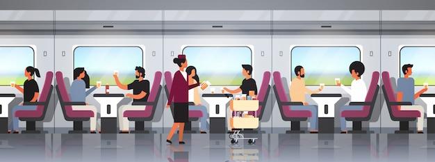 Asistentes de tren y pasajeros que viajan