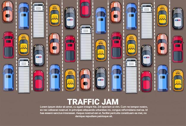 Atasco de tráfico en la carretera, arriba de la vista, con carretera llena