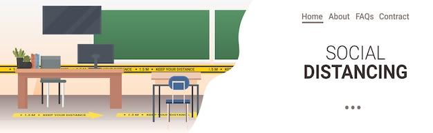 Aula escolar con carteles de distanciamiento social pegatinas amarillas coronavirus medidas de protección epidémica copia espacio horizontal