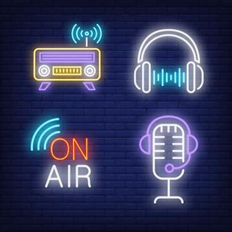 Auriculares, radio y micrófono con letreros de neón.