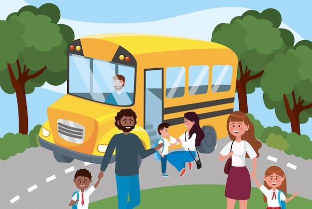 Autobús escolar con padre y madre con sus niñas y niños.