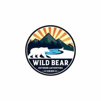 Aventura al aire libre con el logotipo del oso salvaje