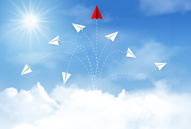Avión de papel volando hacia el cielo entre nubes