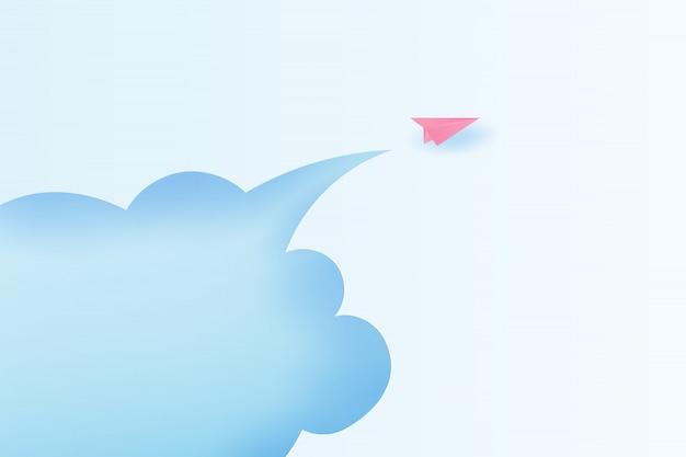 Aviones de papel volando en el cielo azul