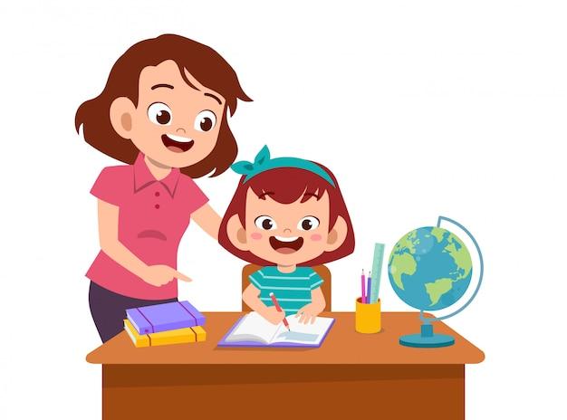 La ayuda de los padres enseña al niño