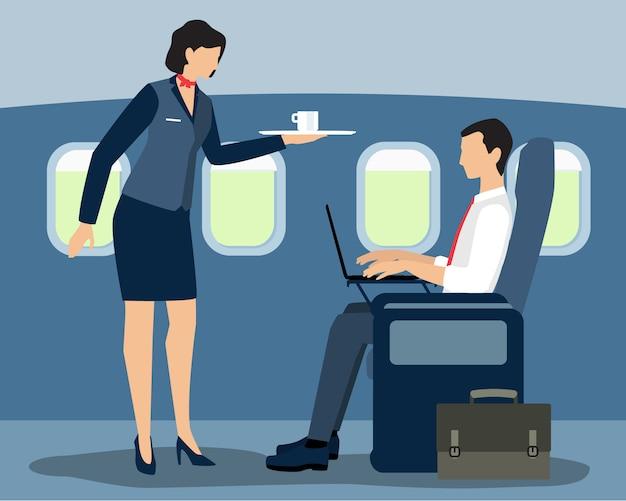 Azafata de aire sirviendo a pasajeros de primera clase en el vuelo.