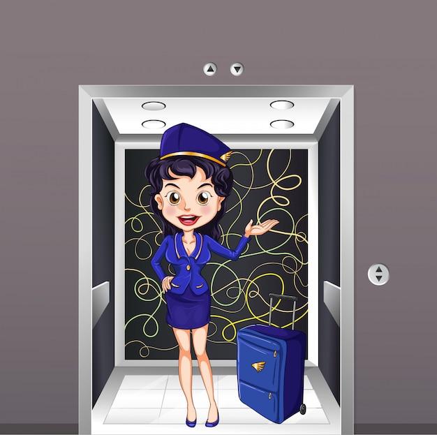 Una azafata de vuelo dentro del ascensor.
