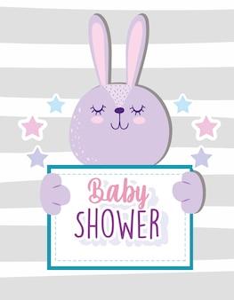 Baby shower lindo conejito adorable animal sosteniendo banner ilustración vectorial