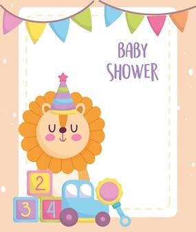 Baby shower, lindo león con cubos de coche y juguetes sonajeros, anuncian la tarjeta de bienvenida para recién nacidos