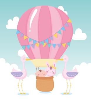 Baby shower, niño y conejo en cesta cigüeñas, celebración bienvenida recién nacido