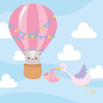 Baby shower, sork volador con niña y oveja en globo aerostático, celebración bienvenido recién nacido