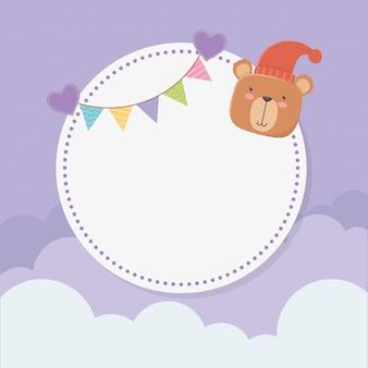 Baby shower tarjeta circular con osito de peluche y guirnaldas.