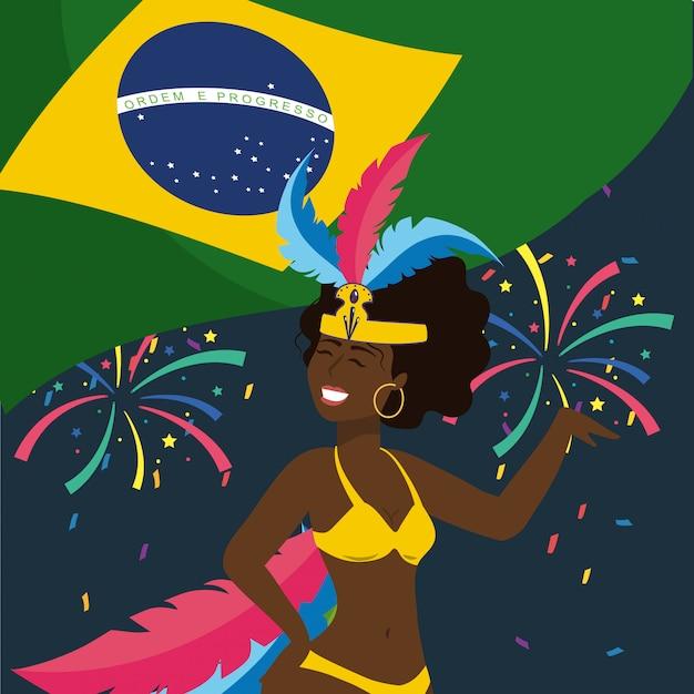 Bailarina linda de la muchacha con el fuego artificial y la bandera del brasil