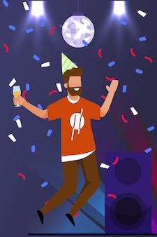 Baile del hombre participando en una fiesta en el club nocturno