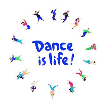 Baile redondo de alegres empleados positivos de la empresa.