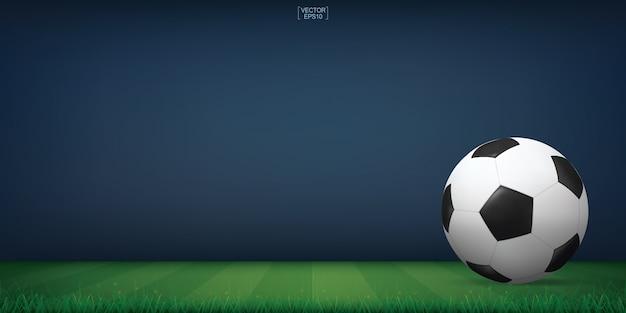 Balón de fútbol sobre la hierba verde del campo de fútbol o el fondo del estadio del campo de fútbol