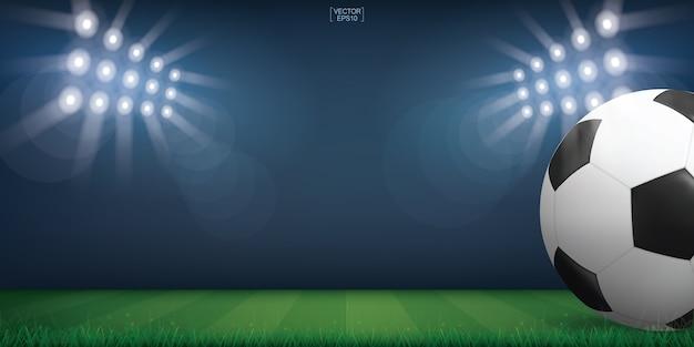 Balón de fútbol sobre la hierba verde del campo de fútbol