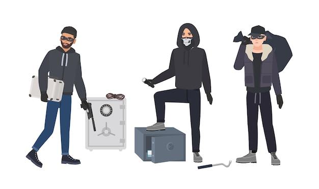 Banda de ladrones o ladrones vestidos con ropa negra de pie junto a cajas fuertes bancarias abiertas
