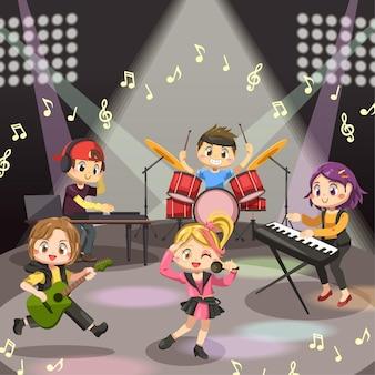 Banda de música adolescente actuando en la escena del concierto.