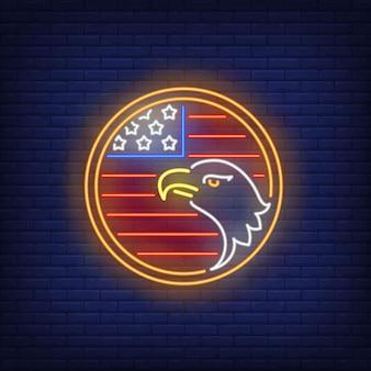 Bandera americana y águila en señal de neón del círculo. símbolo de usa, historia.
