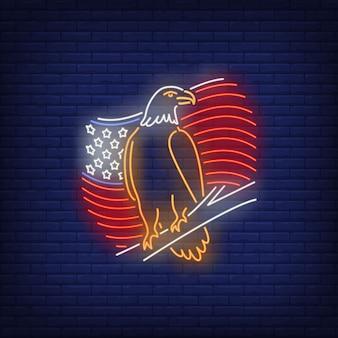 Bandera americana y signo de neón del águila. símbolo de usa, historia.