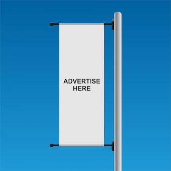 Bandera publicitaria blanca sobre fondo azul