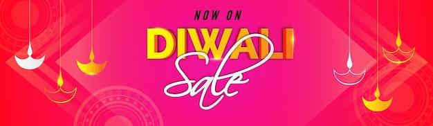 Banderas de venta de diwali con aceite colgante encendidas lámparas sobre fondo de color rosa.