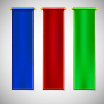 Banderas verticales de colores con emblemas.