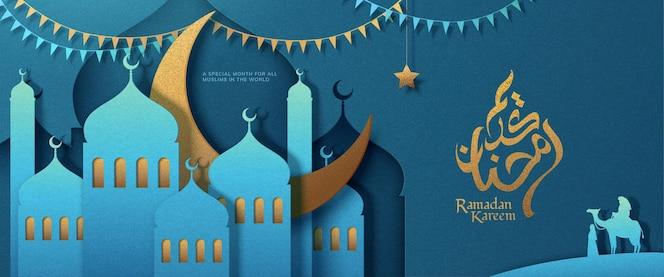 Banner azul claro de ramadan kareem con mezquita de arte en papel en el desierto