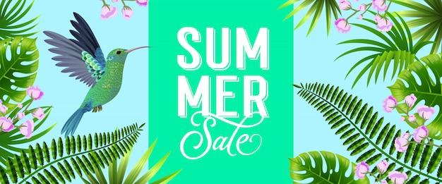 Banner brillante de venta de verano con hojas tropicales, flores de color lila y colibrí