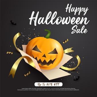 Banner cuadrado de venta de halloween con linterna de calabaza fuera de caja de regalo sobre fondo oscuro