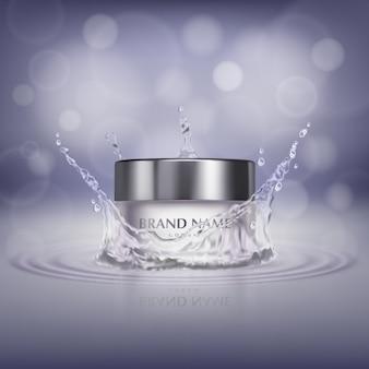Banner de promoción con frasco de vidrio realista en salpicaduras de agua, botella de crema cosmética