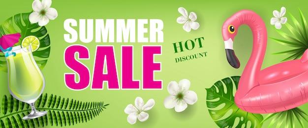 Banner de descuento de venta de verano con hojas de palmera y flores, bebida fría y flamenco de juguete
