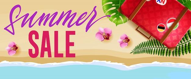 Banner estacional de venta de verano con flores, bolsa de viaje y playa.