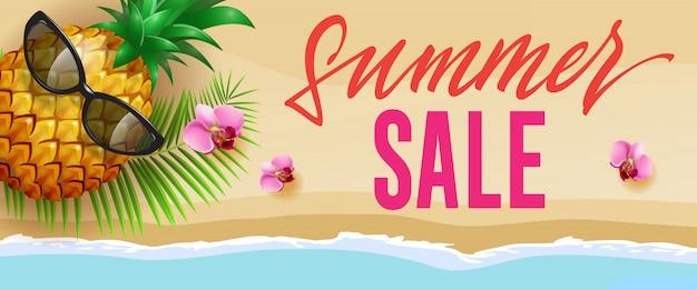Banner con estilo de venta de verano con flores de color rosa, piña, gafas de sol, hoja de palma y playa