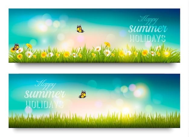 Banner de felices vacaciones de verano con flores, césped y mariposas. vector.