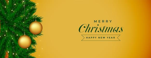 Banner de feliz navidad dorado con decoración de bolas y hojas