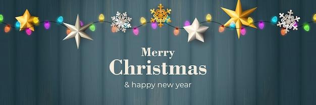 Banner de feliz navidad con guirnalda en suelo de madera azul